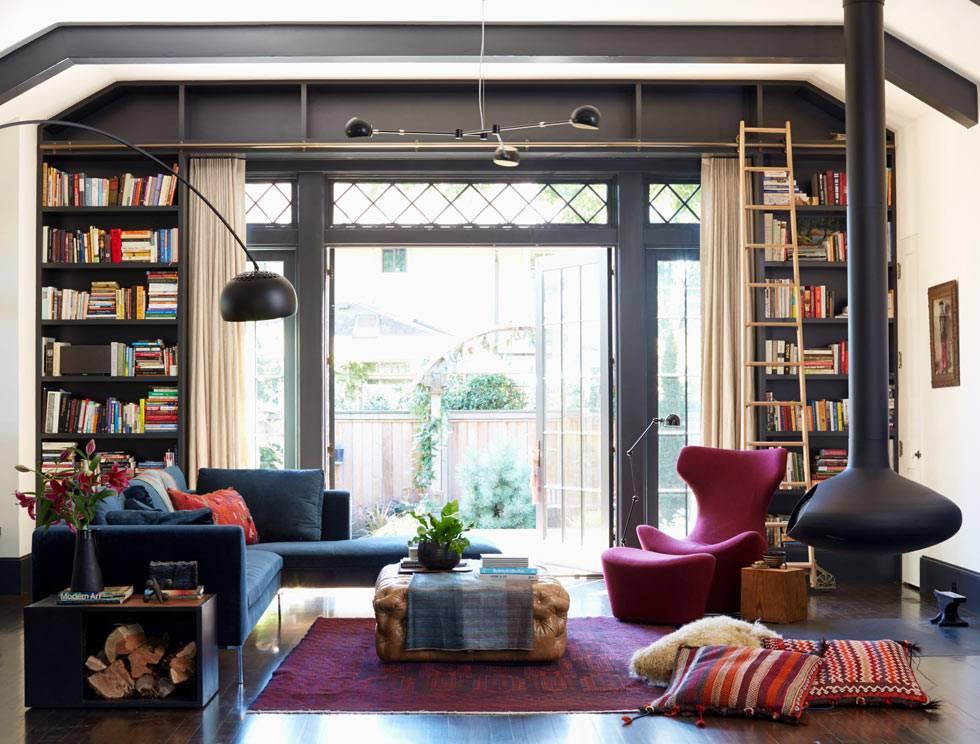 грубый интерьер гостиной с подвесным круглымкамином