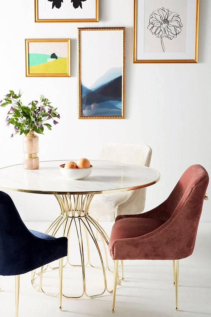 разноцветные кресла с вельветовой оббивкой для столовой фото