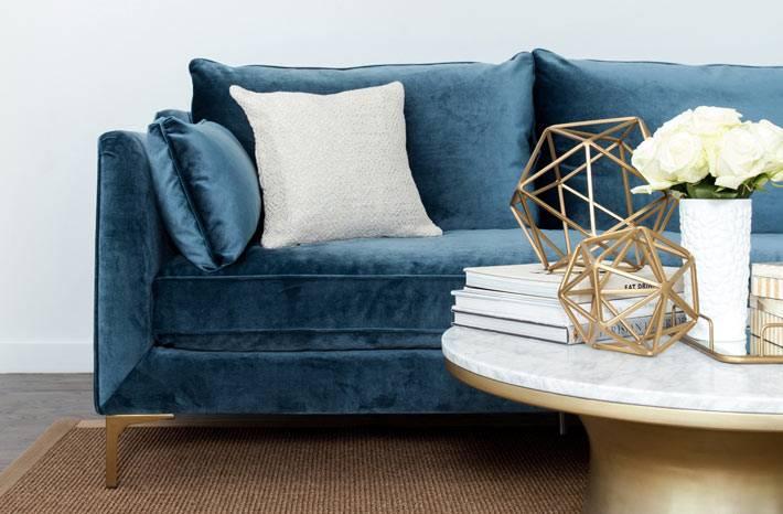 синий бархатный диван с белыми подушками фото