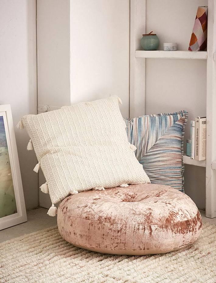 декоративные подушки тканей разных фактур и цветов