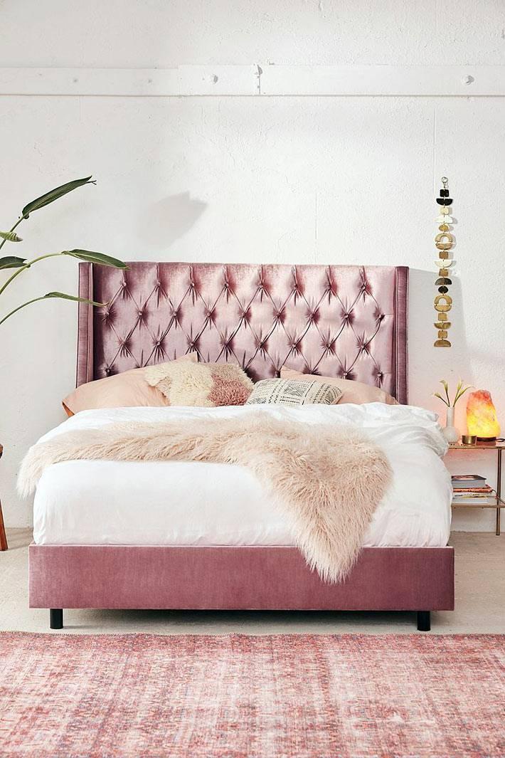 шикарная кровать с розовой вельветовой оббивкой в спальне