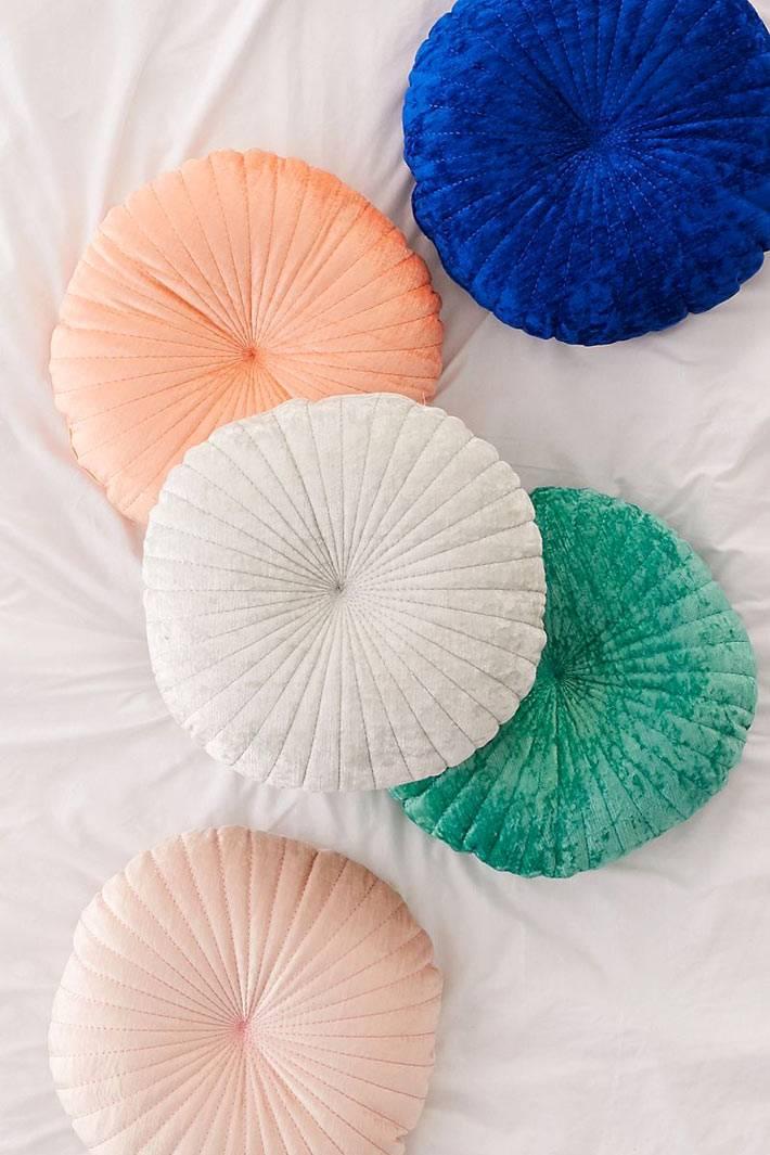 разноцветные круглые вельветовые диванные подушки для настроения