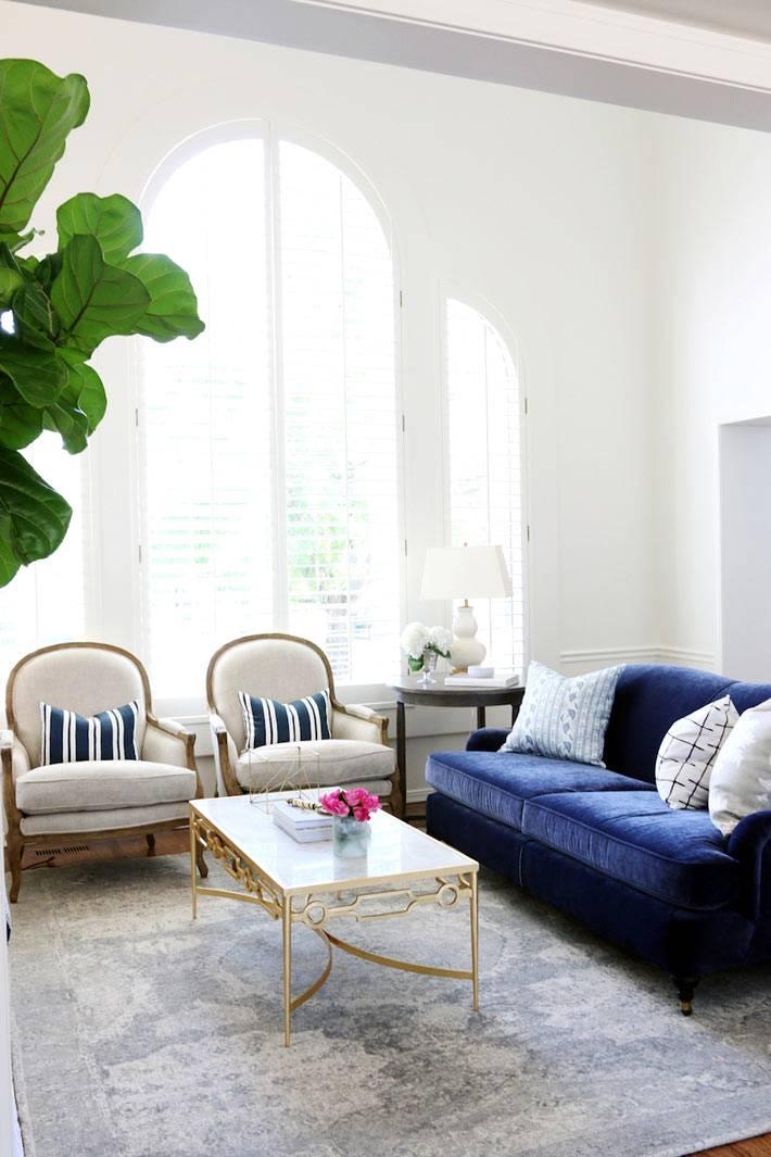 синий вельветовый диван эффектно смотрится в белом интерьере