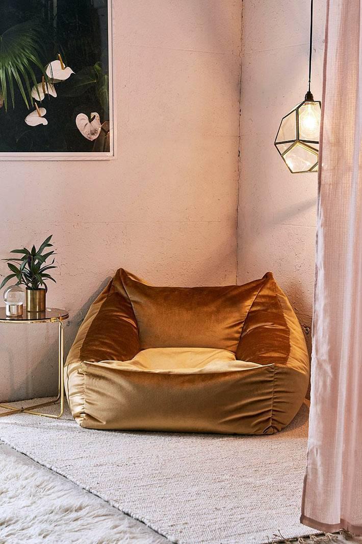самодельное удобное кресло из золотой вельветовой ткани фото