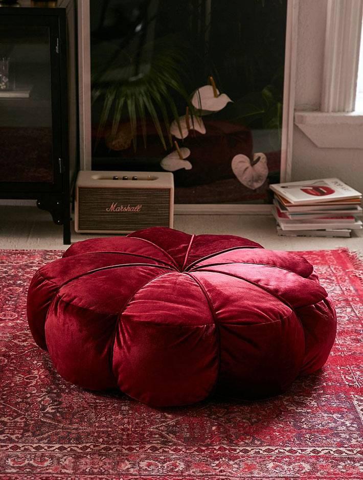 красная бархатная напольная подушка в форме цветка