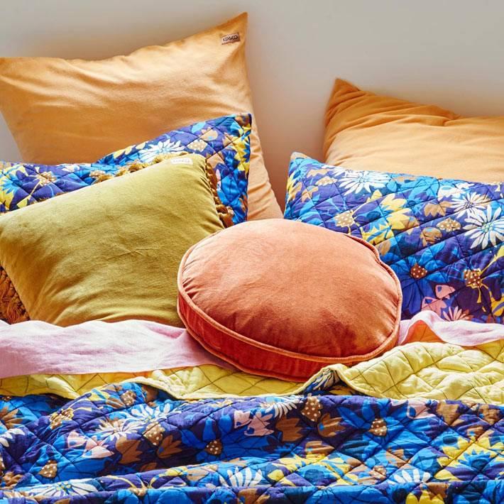 вельветовые изделия придают уют интерьеру спальни