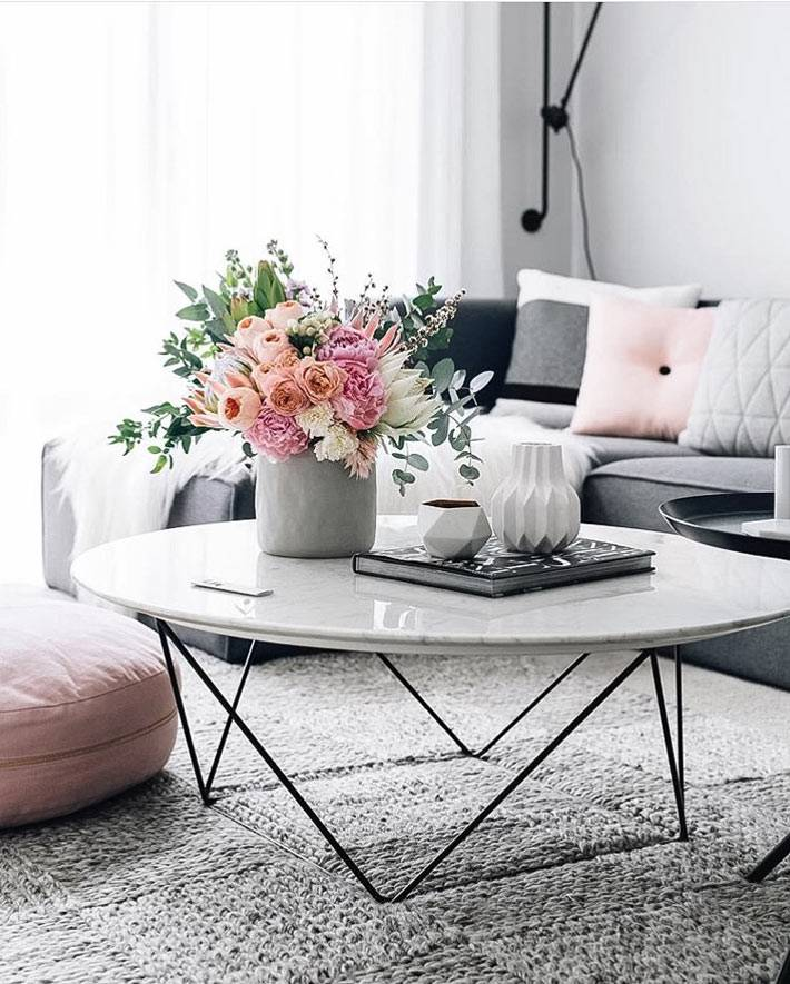низкий стол с круглой мраморной столешницей в гостиной