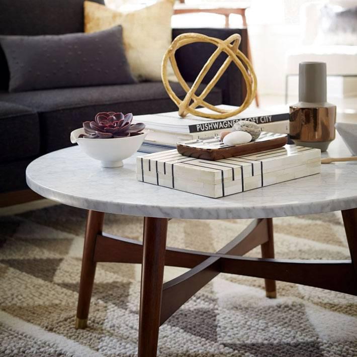 кофейный столик с деревянными ножками и каменной столешницей