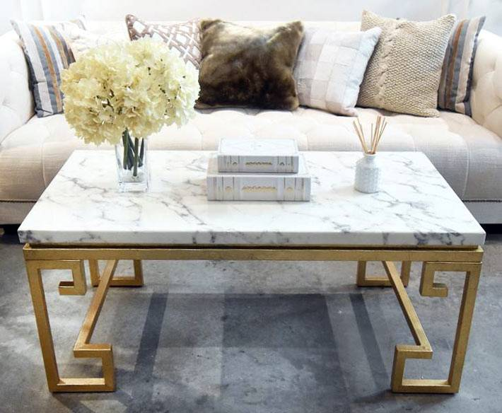 столики из мрамора в интерьере гостиной комнаты фото