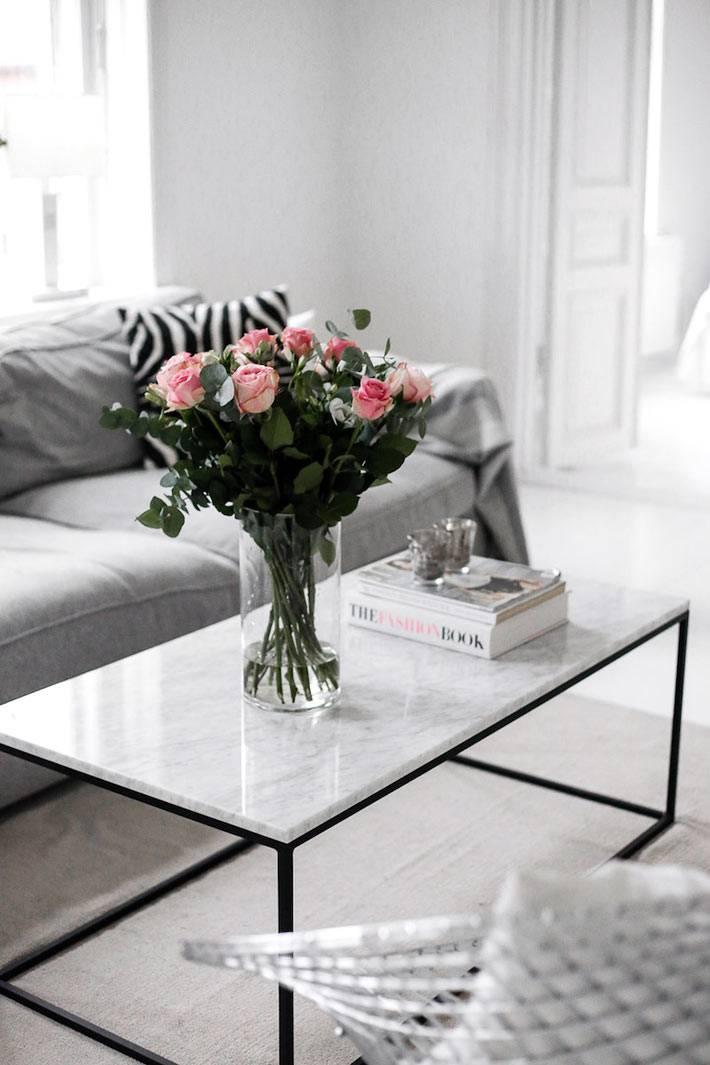 каркасный черный журнальный стол с белой столешницей