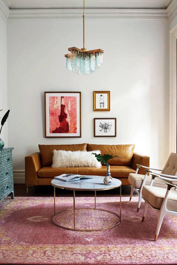 мраморный стол в ретро дизайне гостиной комнаты