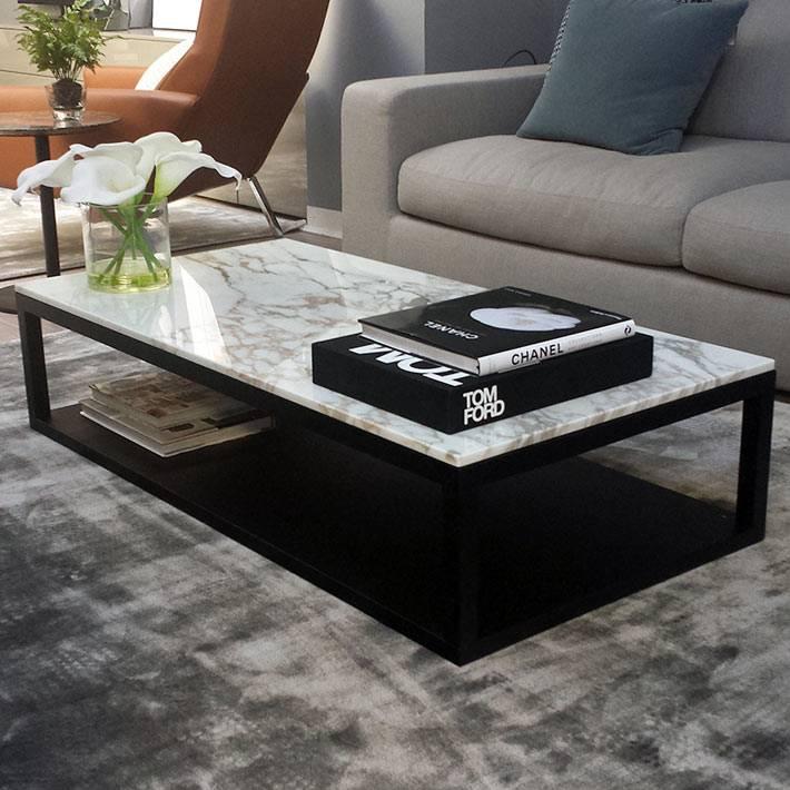прямоугольный журнальный стол с черными ножками и белым верхом