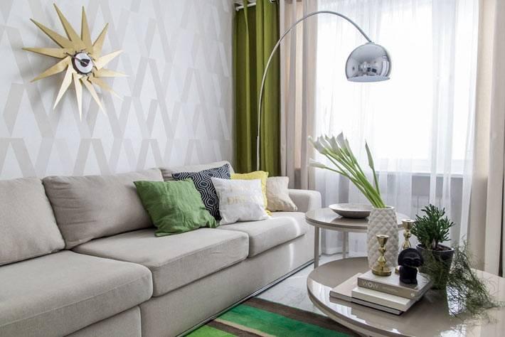 серые цвета в гостиной в сочетании с зелеными шторами