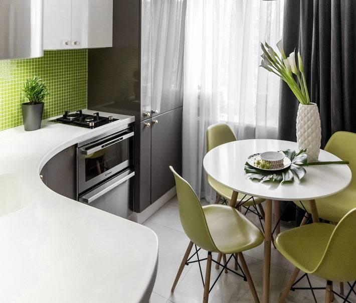 плавный изгиб столещнице на кухне зеленого цвета