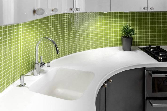 кухонный фартук из зеленой плитки-мозаики фото