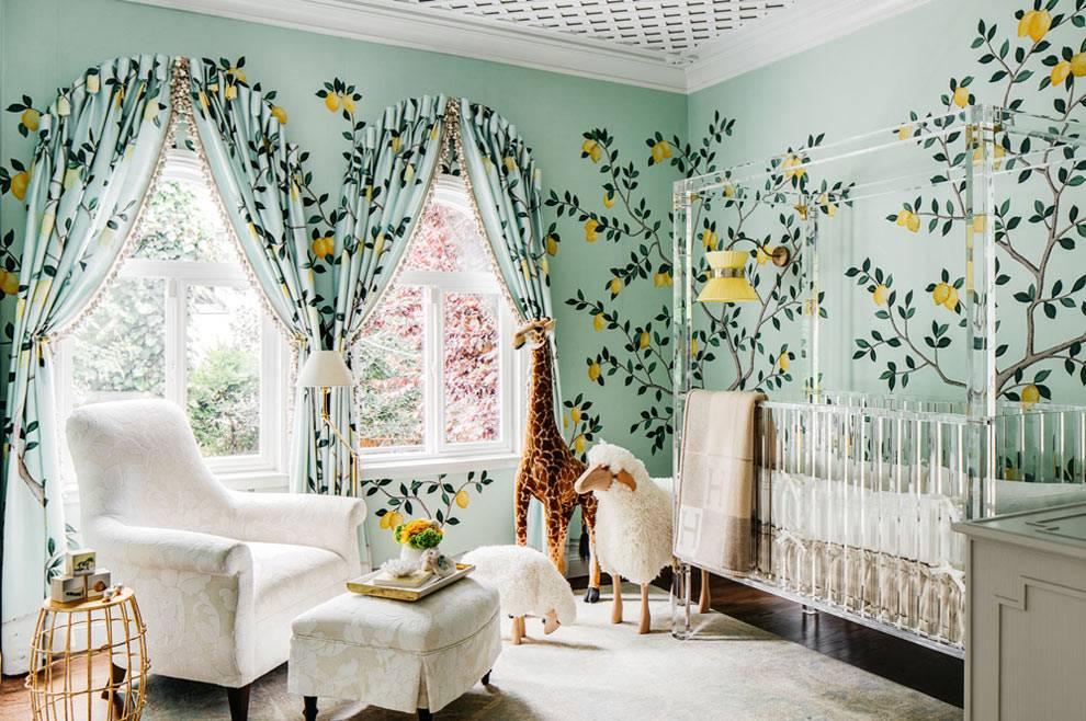 красивый интерьер детской с зелеными обоями и белой мебелью фото