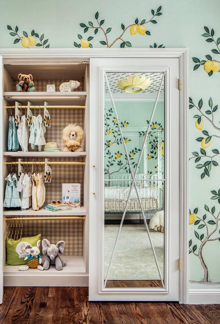 белый шкаф с зеркалом для хранений детских вещей фото