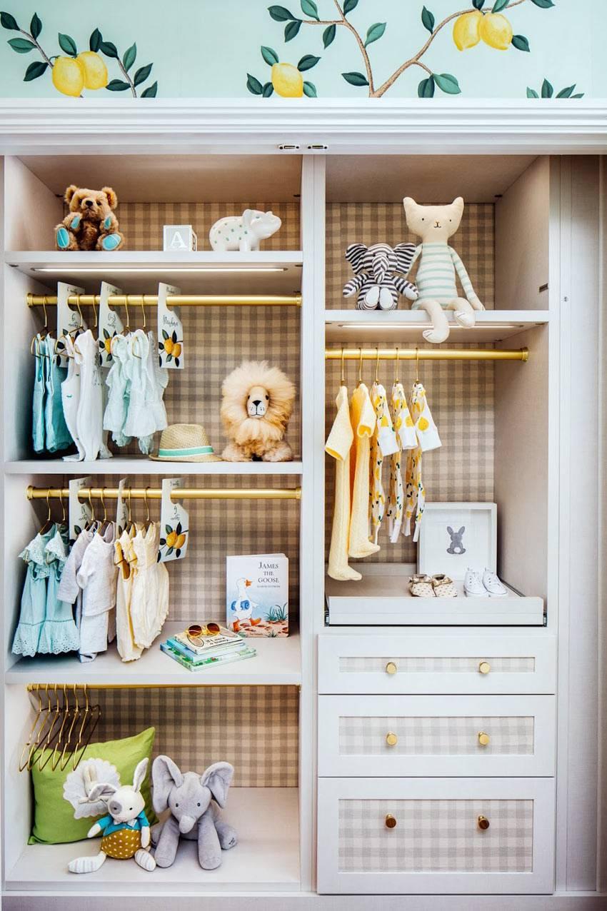 комод и пеленальный столик в белом шкафу для ребенка