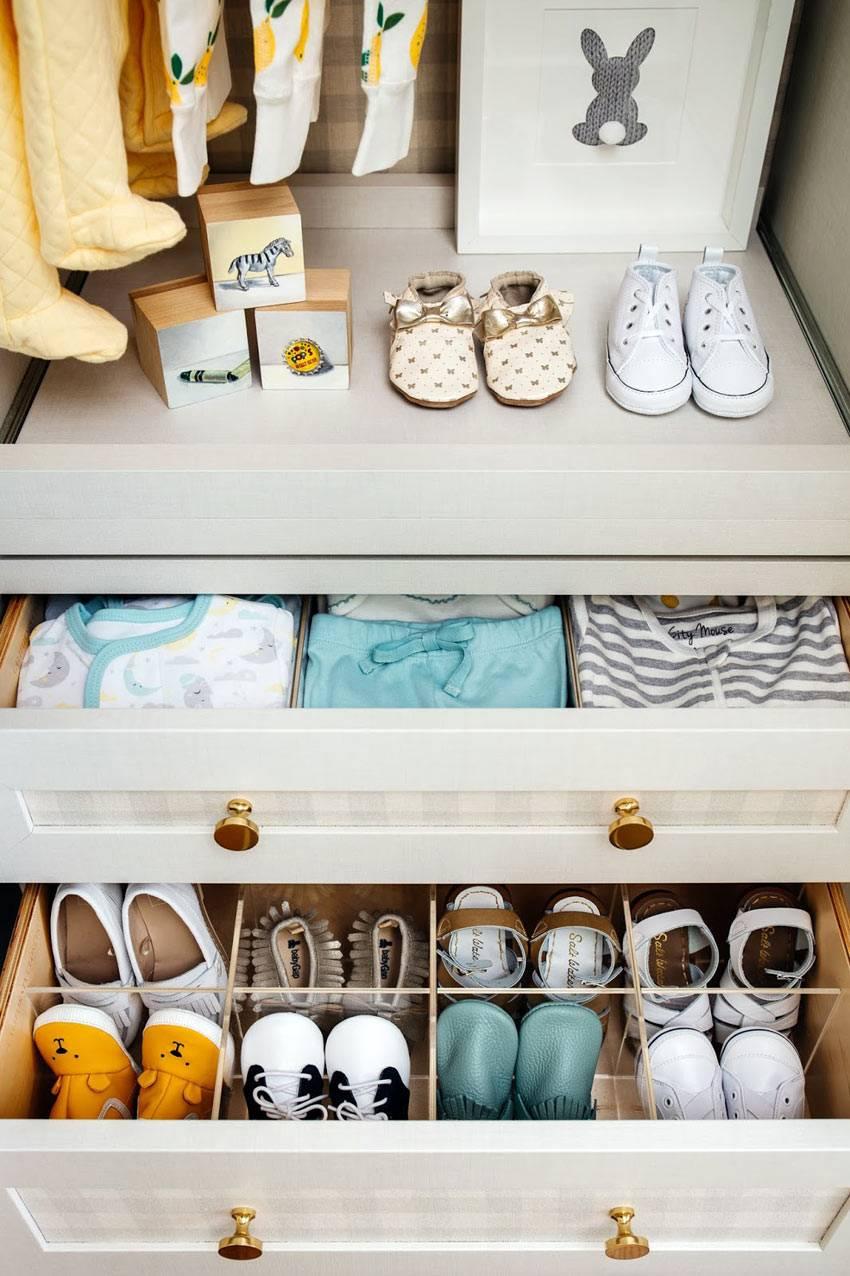 организация хранения детских вещей в шкафу с полками и ящиками