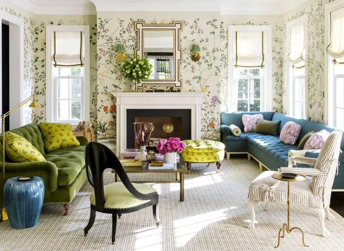 обои с цветочным рисунком на стенах гостиной с камином