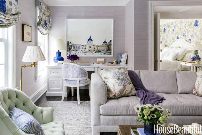 нежный интерьер комнаты с диваном и рабочим столом фото