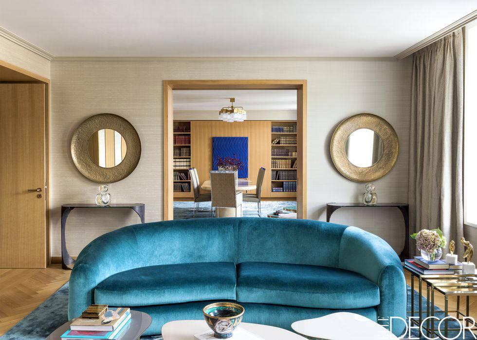 синий бархатный диван в проходной комнате фото