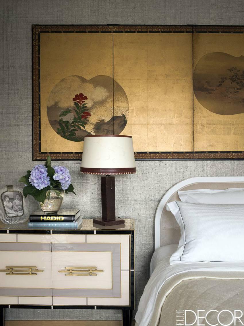 японская картина над изголовьем кровати в спальне