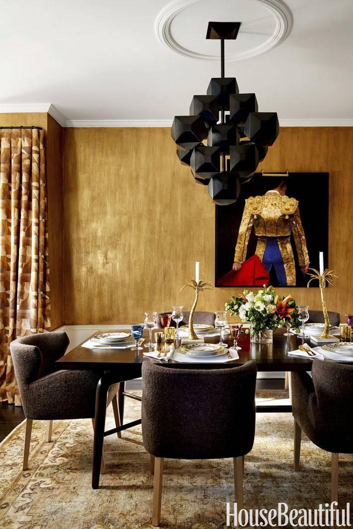 модная черная люстра над обеденным столом в интерьере