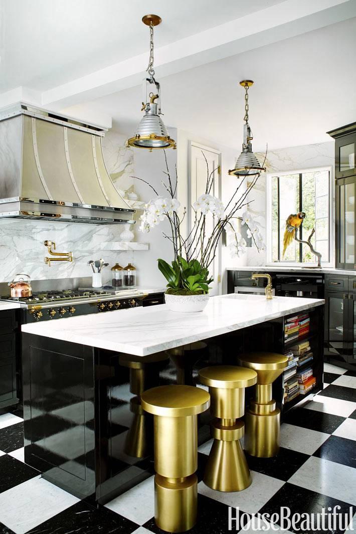 золотистые табуреты на черно-белой кухне фото