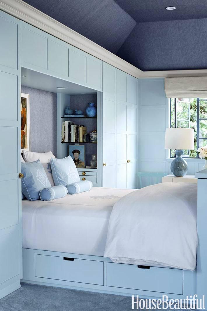 встроенные шкафы голубого цвета в спальне фото