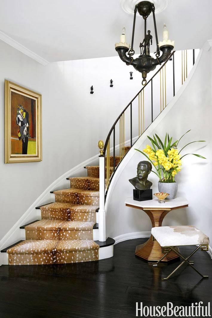 ступени на лестнице оббиты шкурой оленей в холле