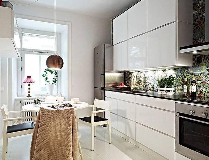 разноцветный стеклянный фартук на кухне фото