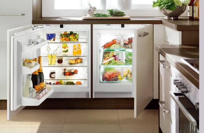 холодильник и морозильная камера под столом фото