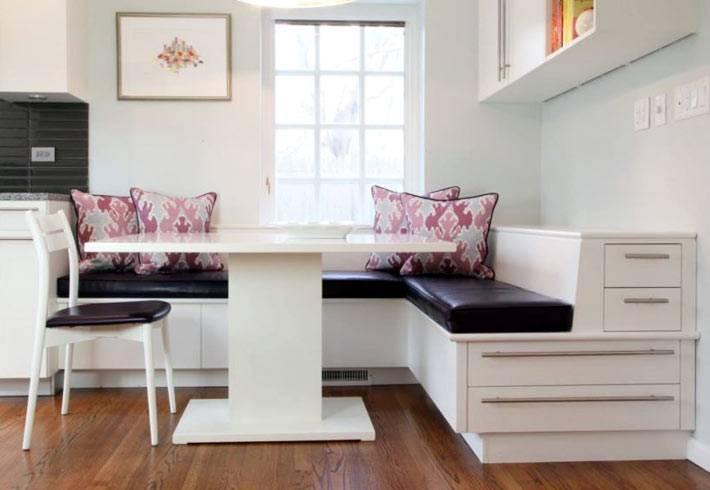 мягкий уголок с ящиками для хранения экономит место на кухне
