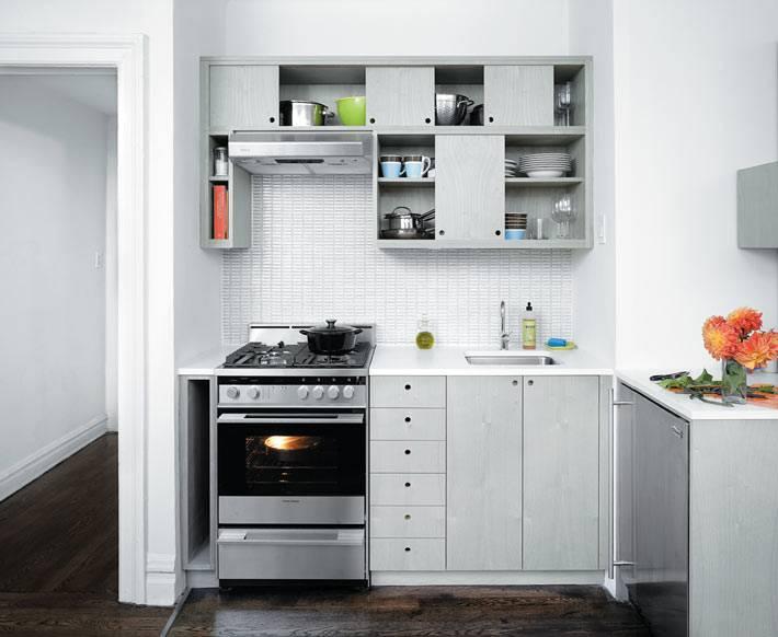 светлый цвет кухни визуально расширяет пространство