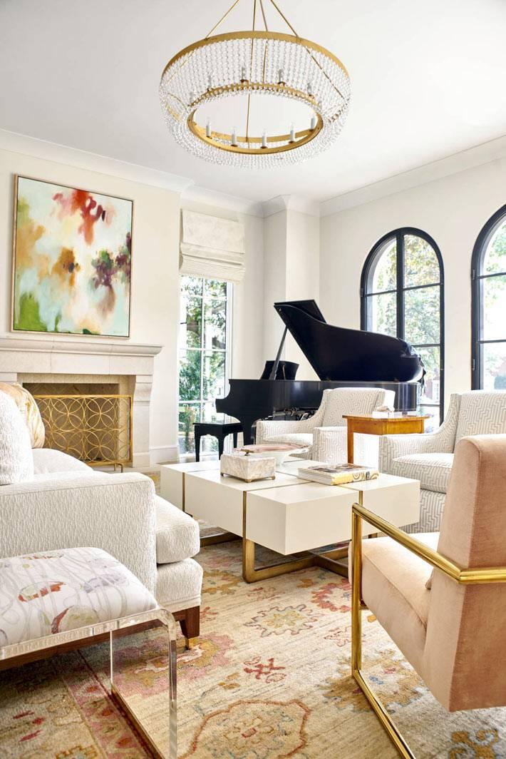 черный рояль в белом интерьере с позолоченными деталями