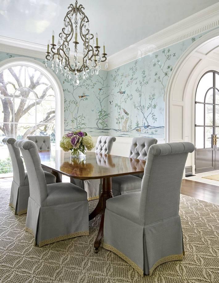 красивый столовый зал с голубыми расписными обоями