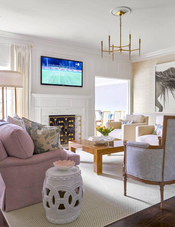 плоский телевизор над камином в классической гостиной