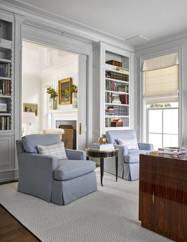 дизайн рабочего кабинета с двумя креслами и библиотекой