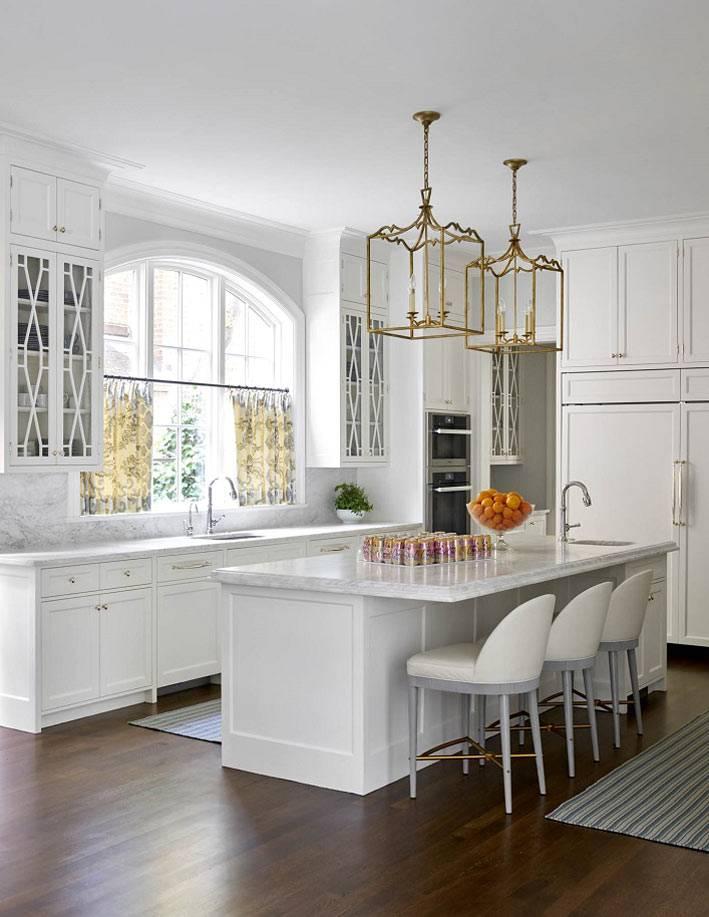 плафоны светильника из латуни на белой кухне