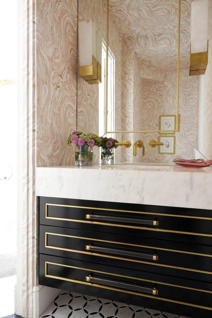 мраморный умывальник в нише ванной комнаты