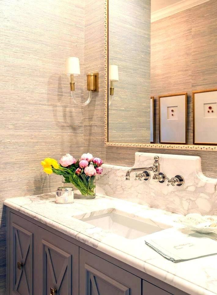 живые цветы на мраморном умывальнике в ванной комнате