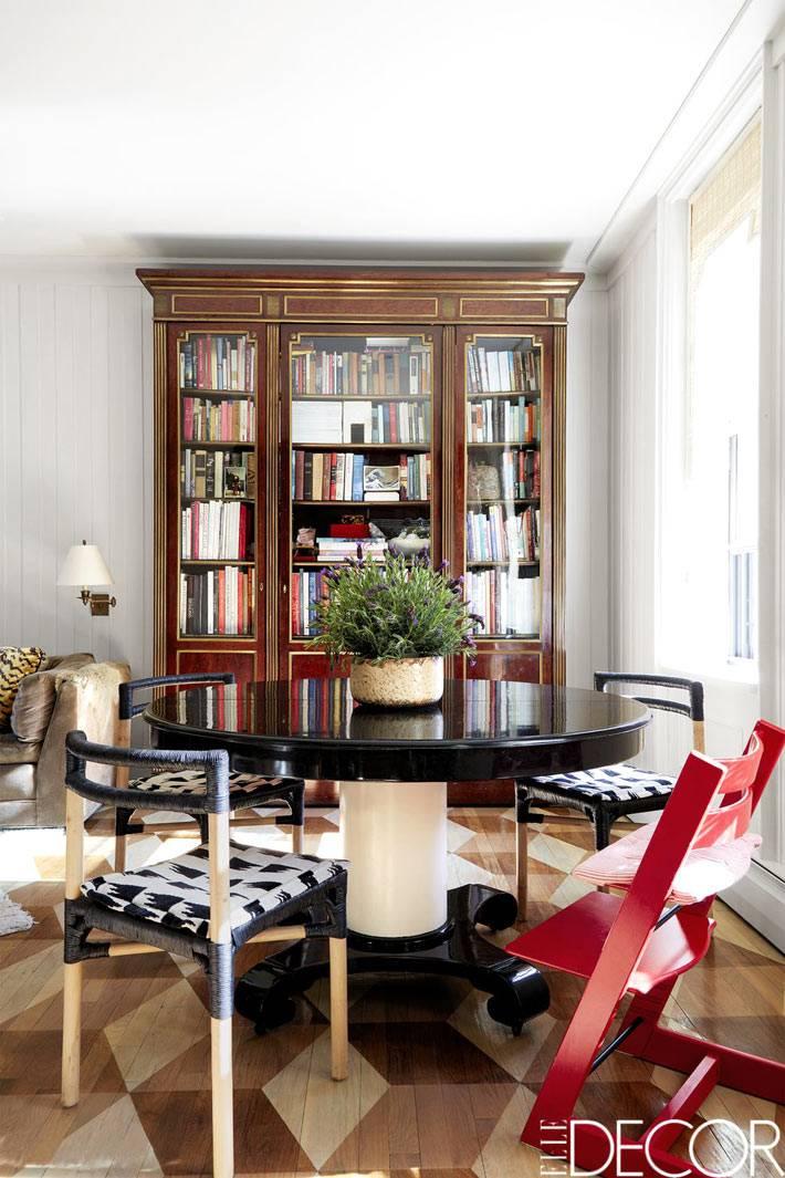 старинный шкаф для книг со стеклянными дверцами в гостиной комнате