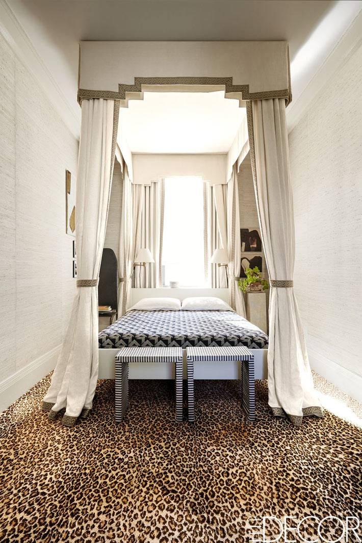 изголовье кровати стоит возле окна в спальне фото