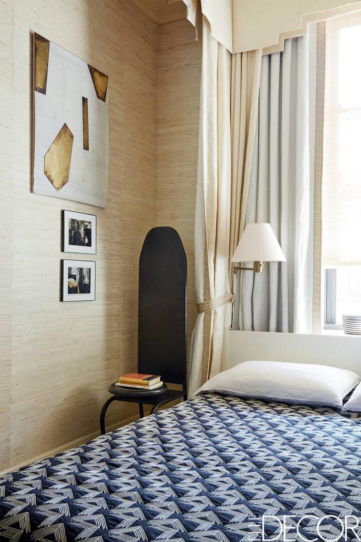 стул с высокой спинкой вместо прикроватной тумбы в спальне