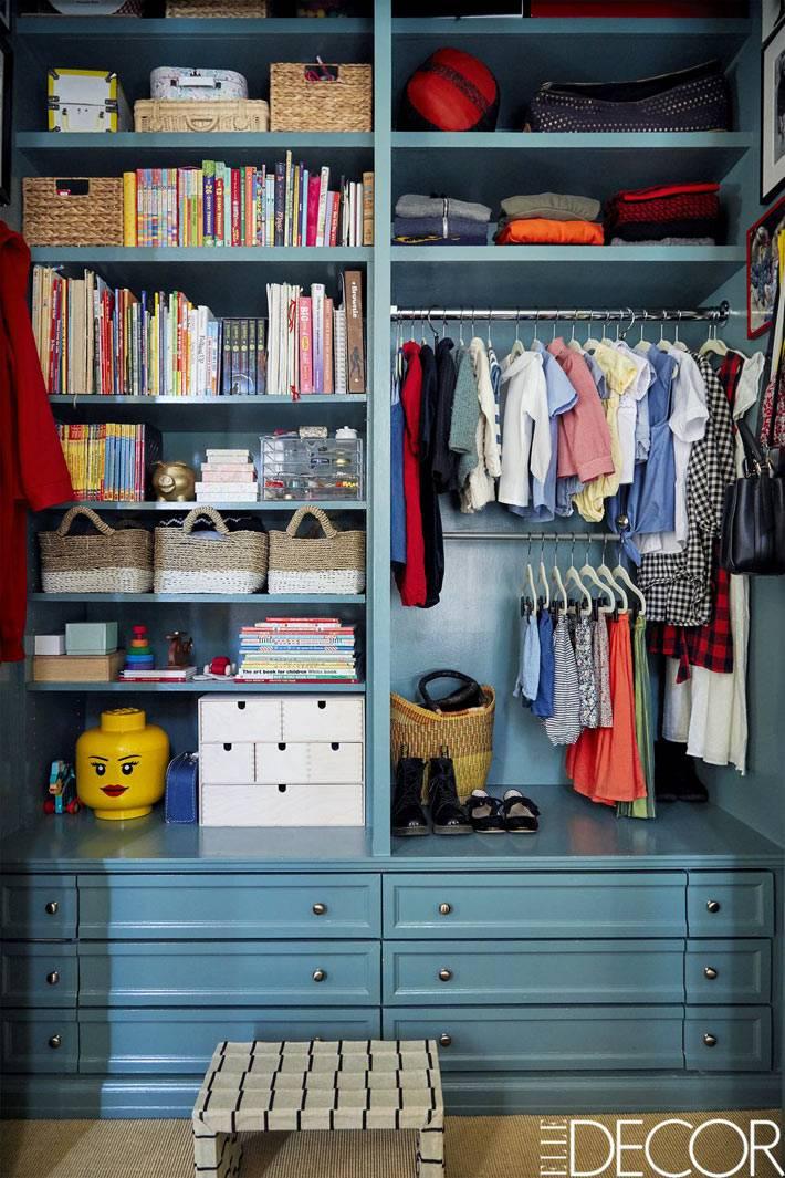 большой синий шкаф для организации хранения детских вещей