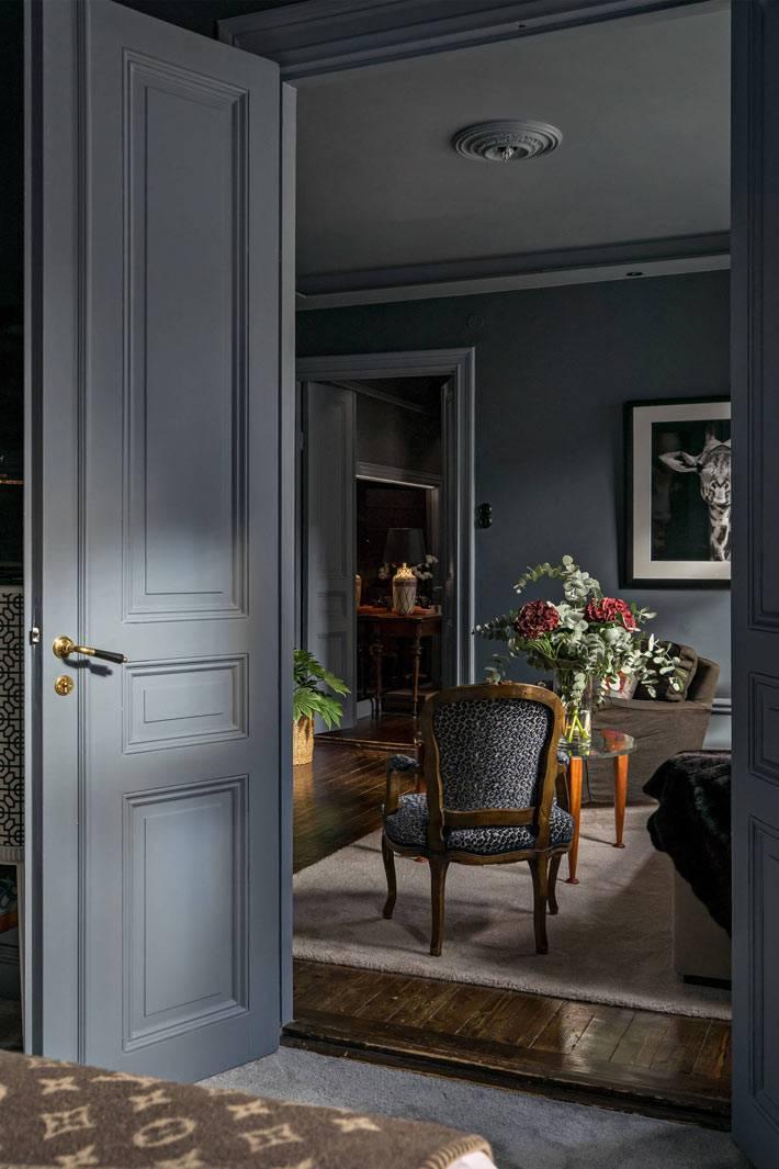 мрачный интерьер с серыми стенами и дверями в квартире