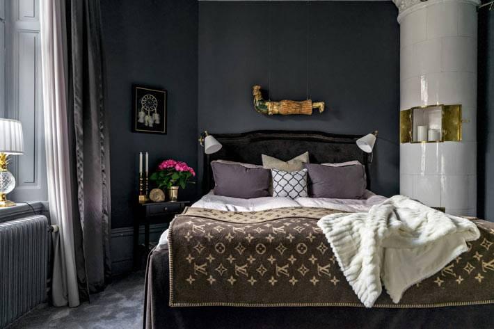 современный камин в спальне с темными стенами фото