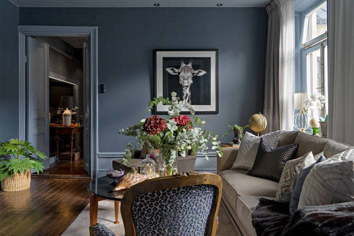 комнатные цветы украшают темный дизайн интерьера квартиры