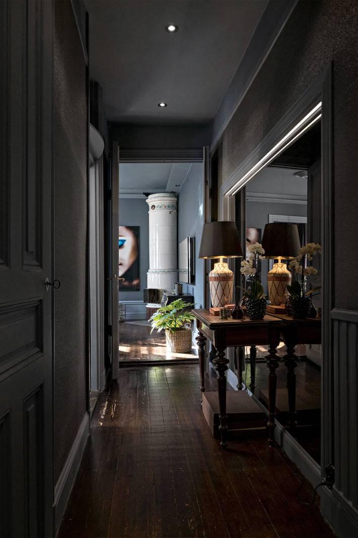 зеркало на стене в темном длинном коридоре квратиры